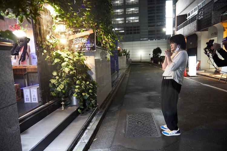 東京・渋谷La.mamaに到着した峯田和伸。(撮影:村井香)
