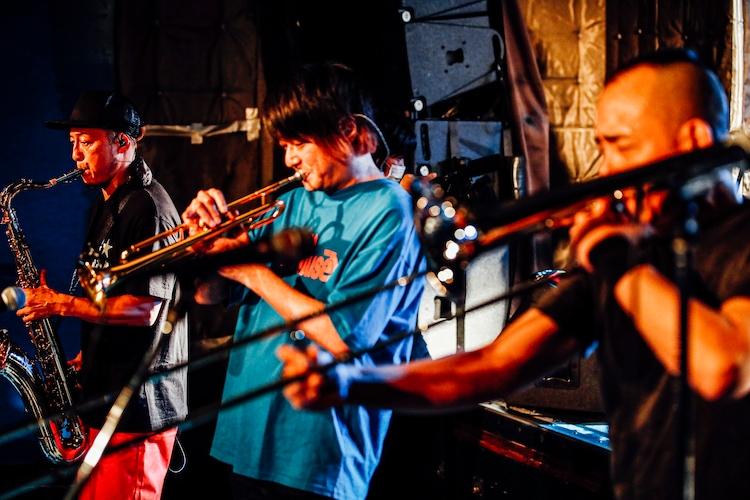 左からコバヤシケン(Sax)、河村光博(Trumpet)、増井朗人 a.k.a. マッスル増井(サポートトロンボーンプレイヤー)。(撮影:西槇太一)