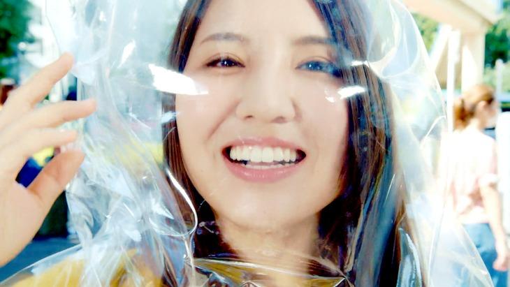 阿部真央「Be My Love」MVのワンシーン。