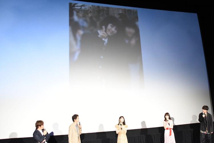 撮影で金髪にしていたため、当時黒髪のウィッグを着けていたことを明かす浜辺美波(中央)。