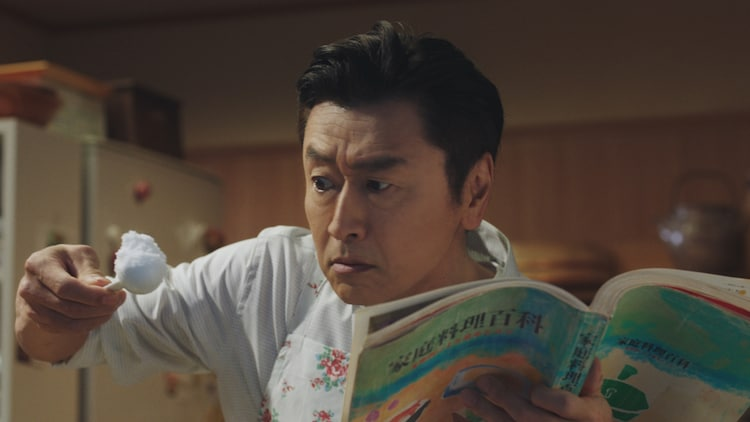 SOMPOホールディングス株式会社の新CM「腕まくり編」より、料理中の桑田佳祐。
