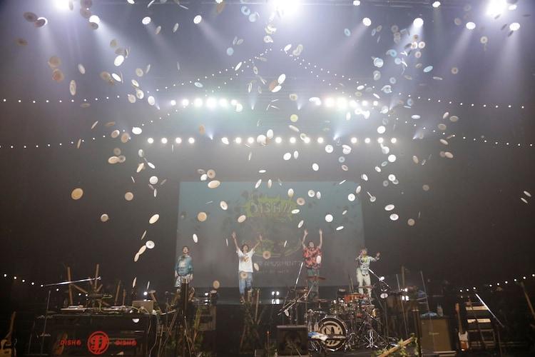ライブを終え、紙皿投げをするDISH//。