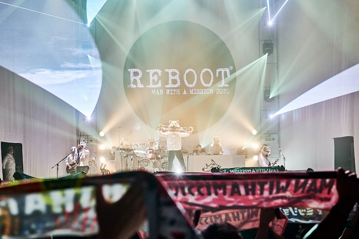 """MAN WITH A MISSION「MAN WITH A """"REBOOT LIVE & STREAMING"""" MISSION」より。(撮影:酒井ダイスケ)"""
