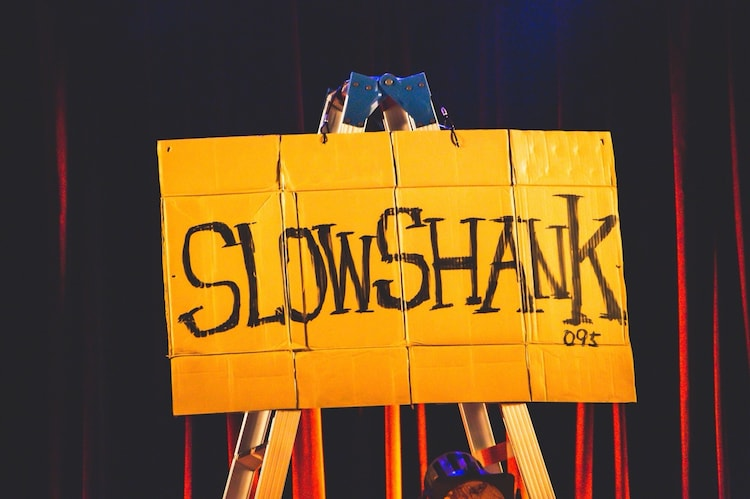 """SLOW SHANK""と書かれたダンボール(撮影:岩渕直人)"