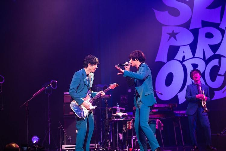 加藤隆志(G)と川上洋平([Alexandros])。(Photo by Masamine Akiyama)
