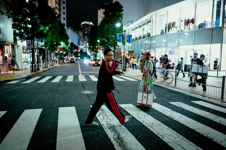 ラップしながら渋谷を歩くPUNPEE。(撮影:横山純)