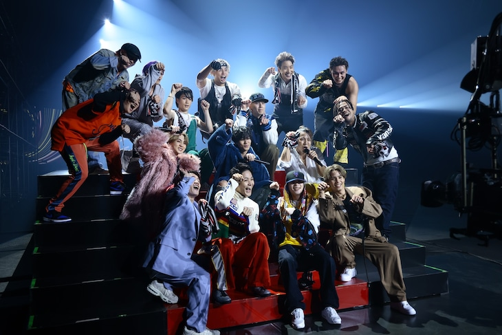"""16人で""""シブザイルポーズ""""を決めるTHE RAMPAGE from EXILE TRIBE。(写真提供:LDH JAPAN)"""