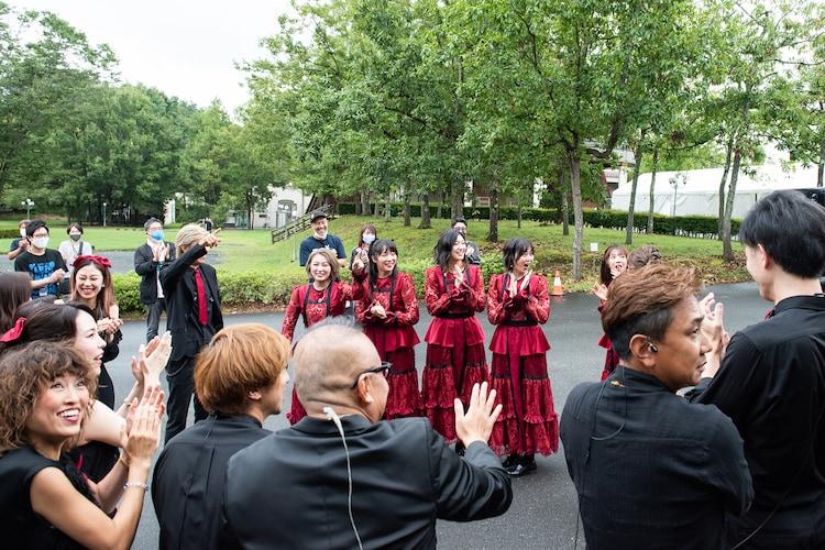 円陣を組んだあと、観客の拍手に驚く私立恵比寿中学とエビ中バンド。