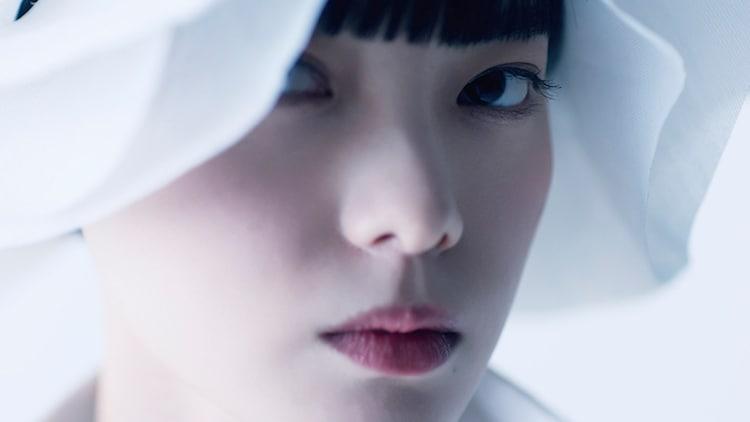 ANREALAGEの2021年春夏パリコレクションオープニング映像より。