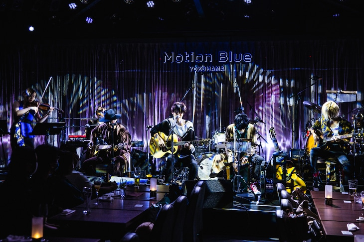 "THE PINBALLS「Acoustic session Live ""Dress up 2 You""」神奈川・MOTION BLUE YOKOHAMA公演の様子。(撮影:かわどう)"