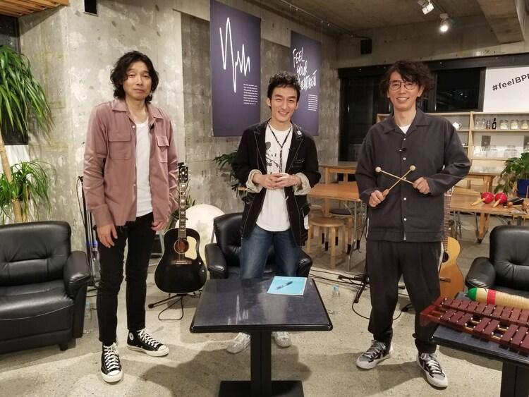 左から斉藤和義、草なぎ剛、ユースケ・サンタマリア。