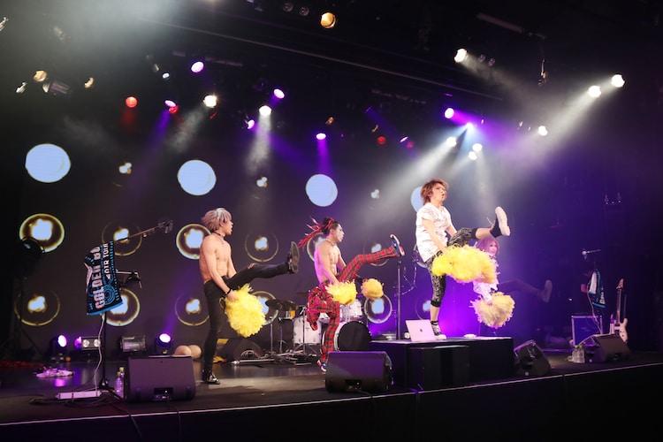 「『エアーツアー』〜気持ちは大阪〜」より、「女々しくて」を演奏するゴールデンボンバー。(写真提供:ユークリッド・マネージメント)