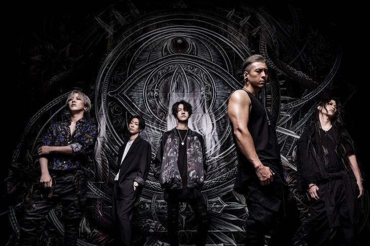 NOCTURNAL BLOODLUSTの新アーティスト写真。Masa(B)、Yu-taro(G)、Valtz(G)、尋(Vo)、Natsu(Dr)。