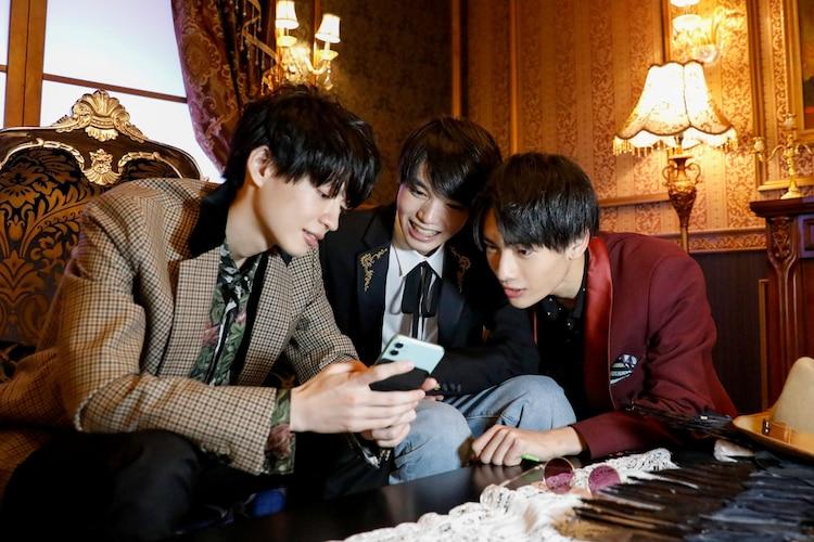 写真撮影をする(左から)杢代和人、小泉光咲、武藤潤。(撮影:小坂茂雄)