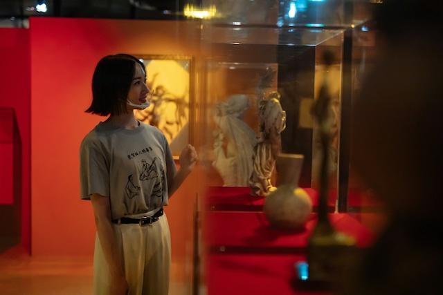 展示された美術品を眺めるのっちさん。