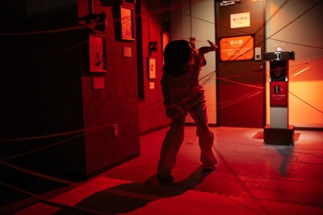 赤外線レーザーに触れないように先に進むのっちさん。