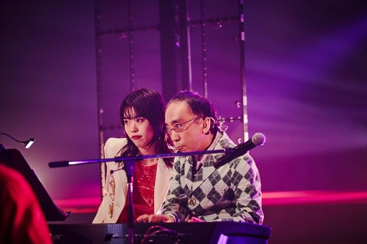 左からアイナ・ジ・エンド、新垣隆。(撮影:井手康郎)