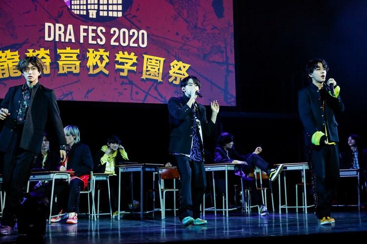 SUPER★DRAGON「DRA FES 2020『龍崎高校学園祭』」の様子。左から池田彪馬、松村和哉、田中洸希。(撮影:笹森健一)