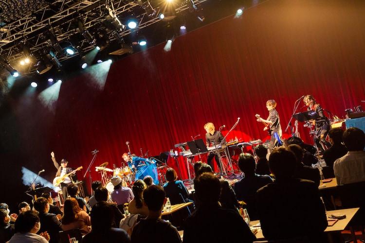 """降幡愛「Ai Furihata """"Trip to ORIGIN""""」神奈川・Billboard Live YOKOHAMA公演の様子。"""