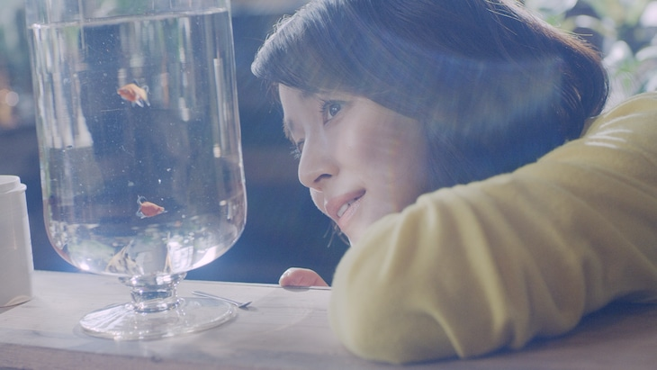 山下達郎「踊ろよ、フィッシュ」ミュージックビデオのワンシーン。