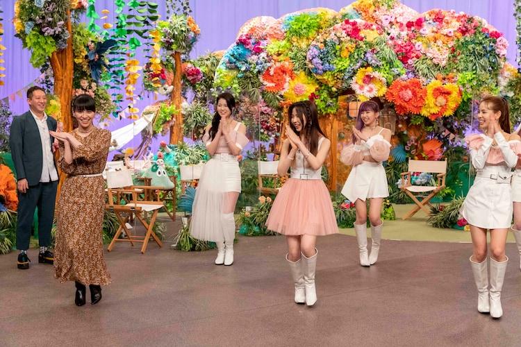 左から高橋茂雄、あ〜ちゃん、AYAKA、MAYA、MAYUKA、MAKO。(写真提供:NHK)