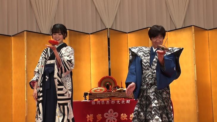 左から平手友梨奈、内村光良。(c)日本テレビ