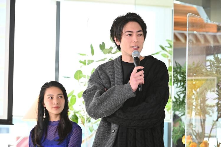 左から久保田紗友、間宮祥太朗。