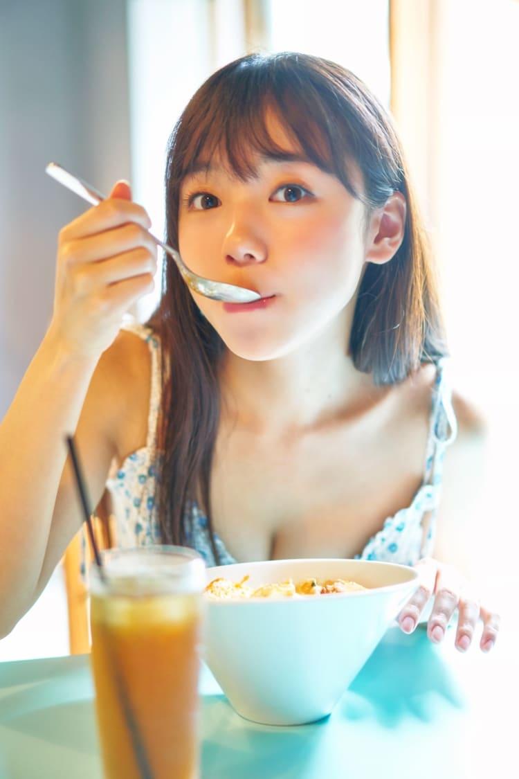タワーレコード渋谷店で展開されるパネル展「もぐもぐする恋人」の写真。(撮影:岡本武志)