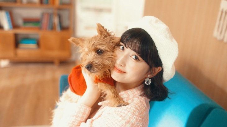 「Superhero (Special Version) [with MOMO]」より。MOMOと愛犬のブー。