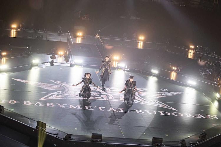 BABYMETAL「10 BABYMETAL BUDOKAN」1月19日公演より。(Photo by Taku Fujii)