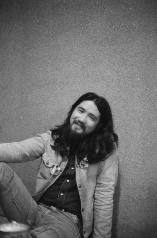 1974年のツアー先で撮影された遠藤賢司。 (c)Takada Wataru