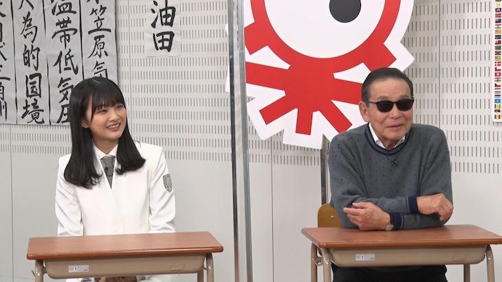 左から原田葵(櫻坂46)、タモリ。(c)テレビ朝日