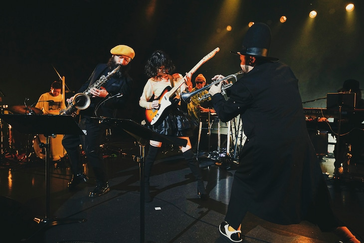 """「Rei Release Tour 2021 """"SOUNDS of HONEY"""" -the Band Set-」の様子。(撮影:上飯坂一)"""