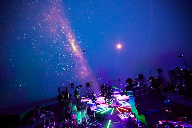 「indigo la End『夜行秘密』リリース記念 Special Streaming Live at Planetarium」より。(撮影:鳥居洋介)