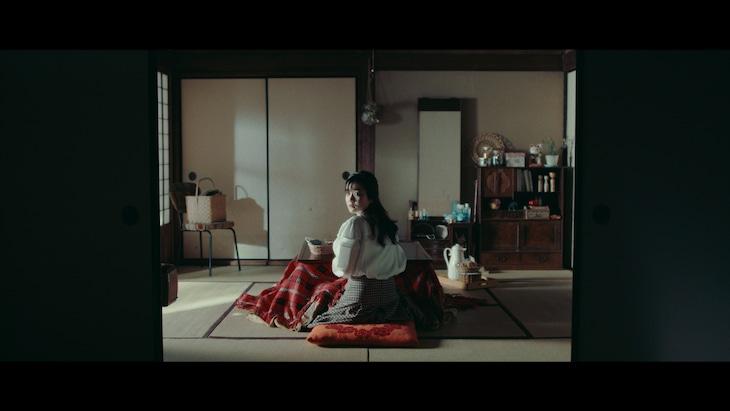 吉澤嘉代子「刺繍」MVのワンシーン。