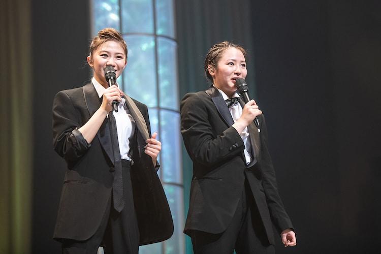 クールに決めた星名美怜(左)と中山莉子(右)。
