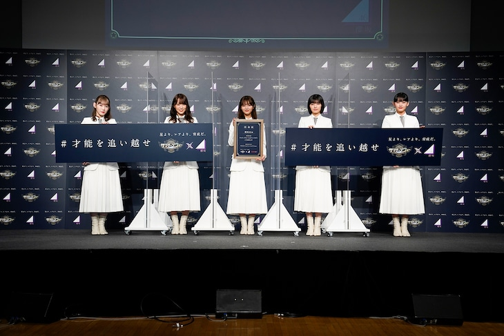 左から小池美波、菅井友香、田村保乃、藤吉夏鈴、山崎天。