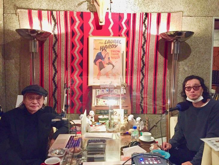 左から細野晴臣、斉藤和義。