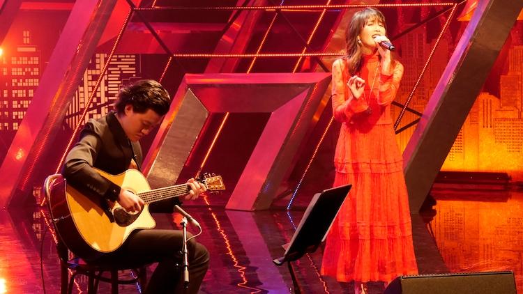ギターを演奏する粗品(左)と工藤静香。(c)BSフジ