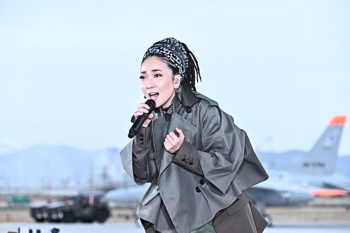 【テレビ】「音楽の日」でMISIAがブルーインパルスをバックに歌唱  [少考さん★]