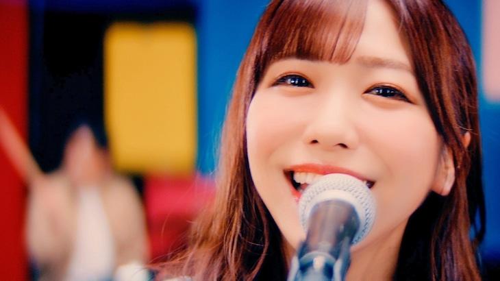 愛美「ReSTARTING!!」MVのワンシーン。