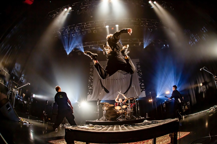 "NOISEMAKER「H.U.E. TOUR『EYE TO EYE』」東京・USEN STUDIO COAST公演の様子。(Photo by Taka ""Tallman"")"