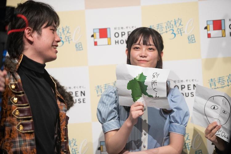 別所匠(左)の似顔絵を描いた齋藤有紗(右)。