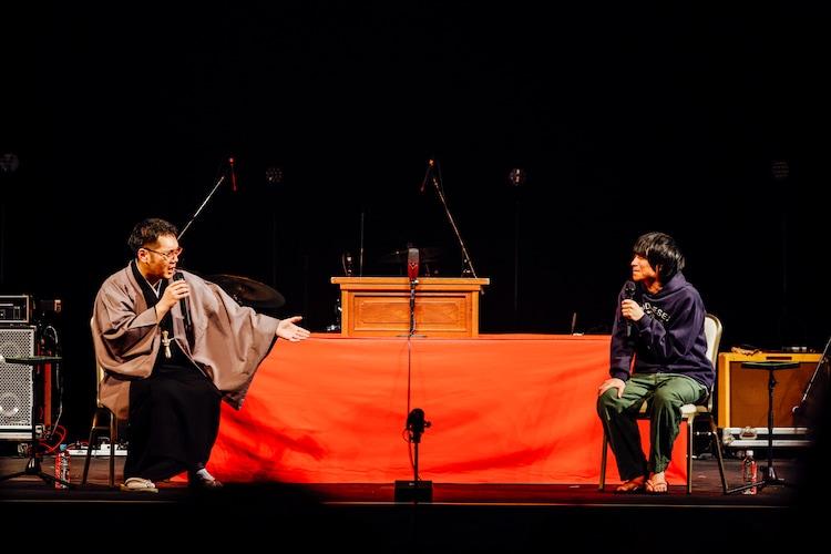 左から神田伯山、尾崎世界観(Vo, G / クリープハイプ)。(撮影:西槇太一)