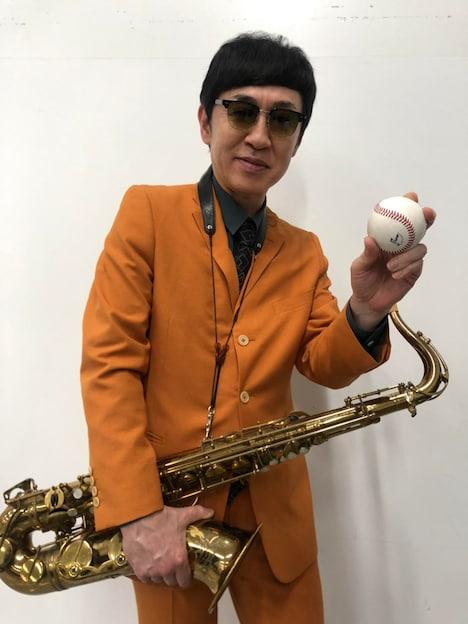 始球式でピッチャーを務めるGAMO(Tenor Sax)。