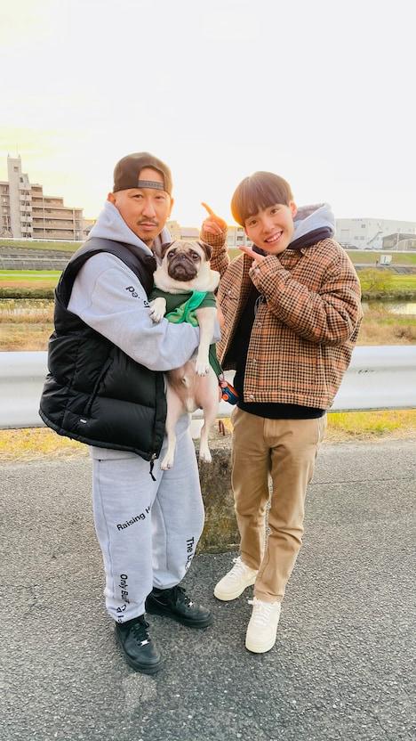愛犬を抱えるDJ RYOWとdodo。