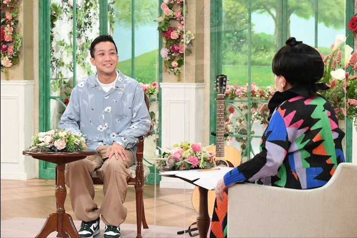 左から瑛人、黒柳徹子。(c)テレビ朝日