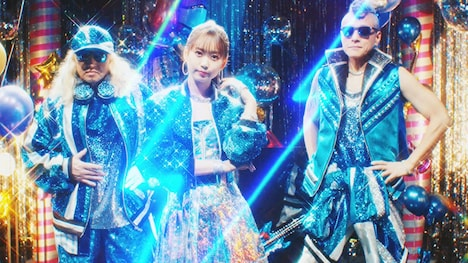 芹澤優 with DJ KOO & MOTSU「EVERYBODY! EVERYBODY!」ミュージックビデオより。