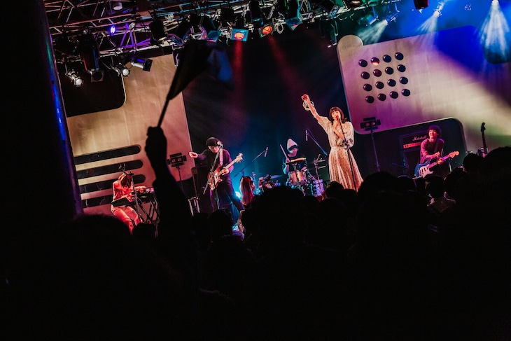 """「""""Rock'n Roll is DEAD?"""" Tour」東京・渋谷duo MUSIC EXCHANGE公演の様子。(撮影:スエヨシリョウタ)"""