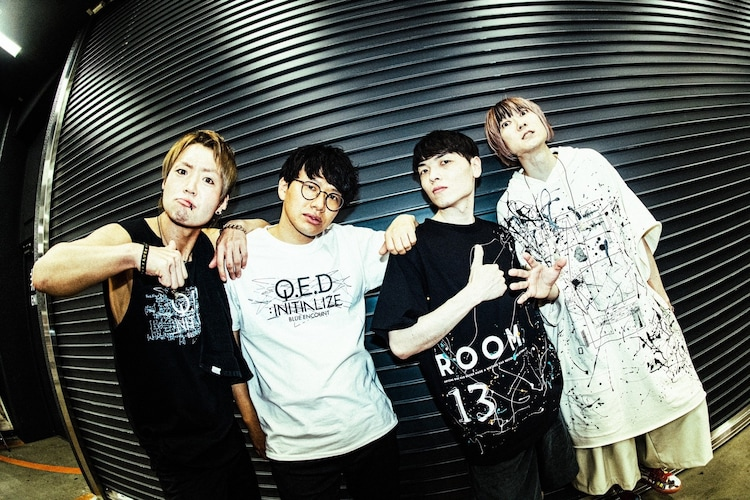 BLUE ENCOUNT楽器隊メンバーとミキの亜生(写真左から2番目)。(撮影:浜野カズシ)